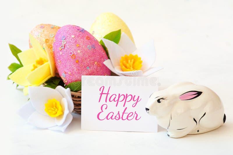 Плетеная корзина с пасхальными яйцами с цветком весны стоковое изображение rf