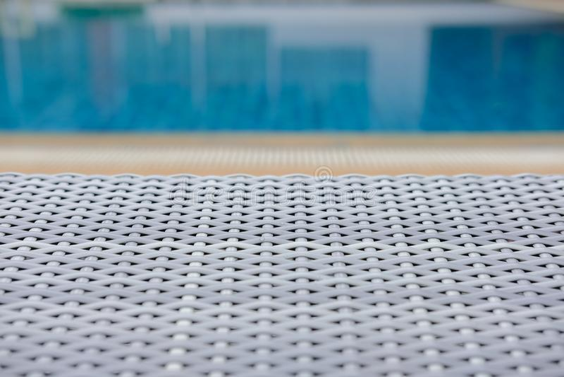 Плетеное deckchair шезлонга бассейна ротанга на бассейне стоковая фотография rf