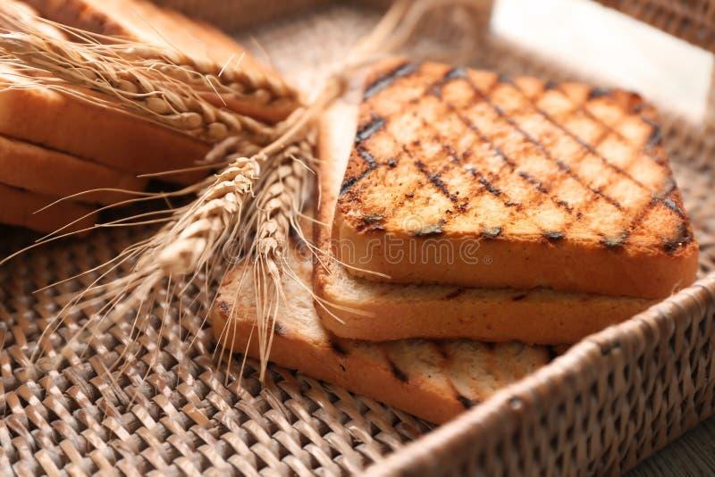Плетеный поднос с провозглашанным тост хлебом, крупным планом стоковое фото