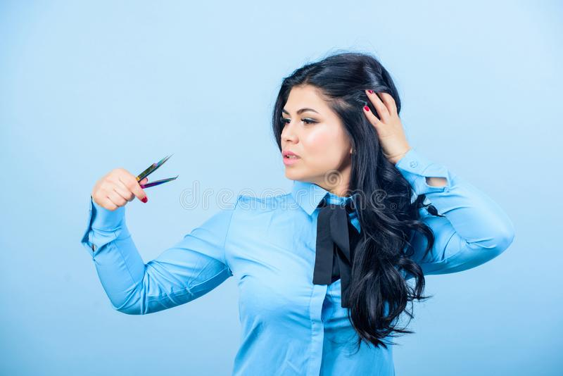 Плетки cosmetologist мастера пятная и завивая Коррекция брови beatitude Постоянный макияж Расширение ресницы стоковые фото
