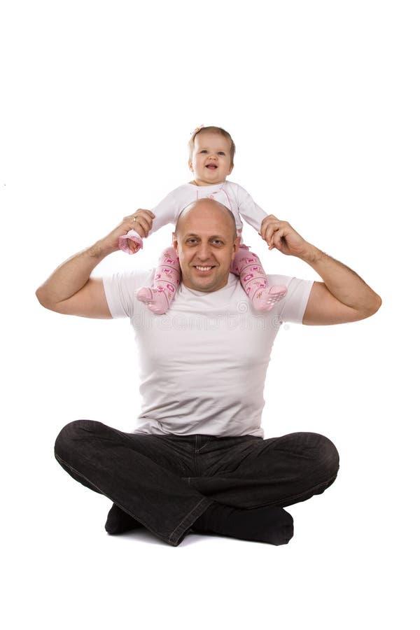 плечи отца счастливые s семьи младенца стоковое изображение rf