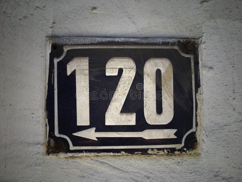 Плита винтажного металла квадрата grunge ржавая номера адреса улицы стоковые изображения
