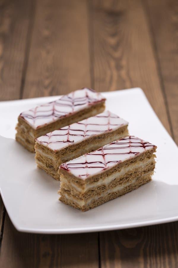 Плита десерта печенья feuille Mille на деревянном столе стоковые изображения