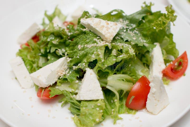 Плита зеленого салата с овощами, козы, томата сыра Взгляд сверху, горизонтальный стоковое изображение rf