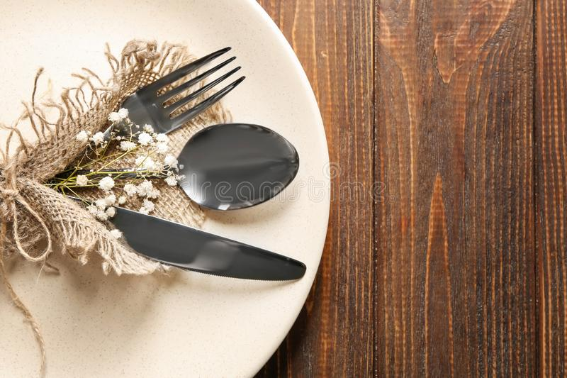 Плита и flatware на деревянном столе, крупном плане стоковые фотографии rf
