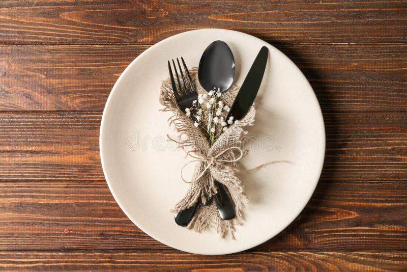 Плита и flatware на деревянном столе стоковое изображение