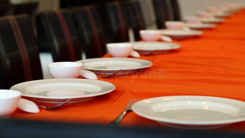 Плита, ложка, таблица на обеденном столе стоковое фото