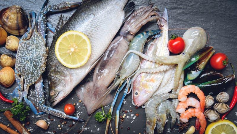 Плита морепродуктов с осьминогом и рыбами кальмара мидии куколей раковины краба креветок креветок моллюска стоковые фото