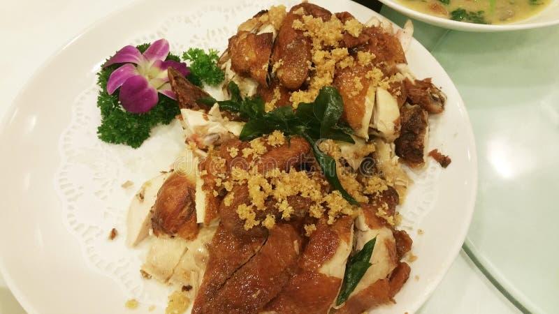 Плита мяса жареной курицы на таблице стоковые фото