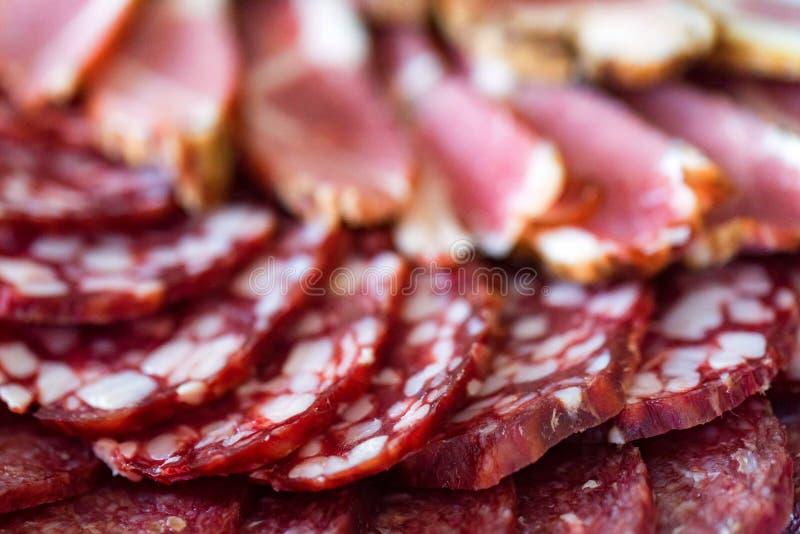 Плита мяса с отрезанными saudage и холодом закипела свинину стоковое фото