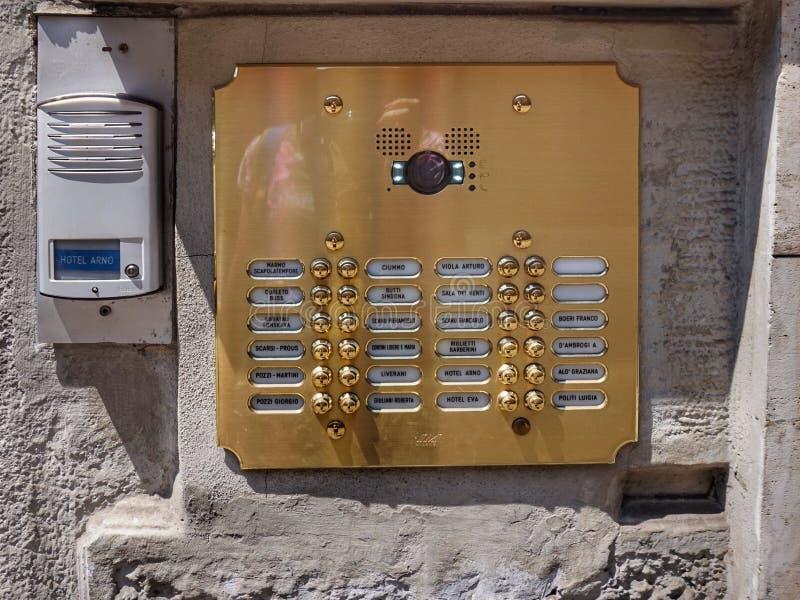 Плита на входе к дому в Милане с числами квартир стоковые фото