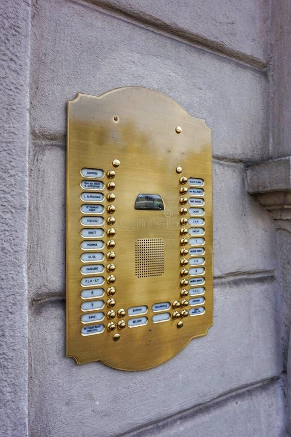 Плита на входе к дому в Милане с числами квартир стоковые фотографии rf