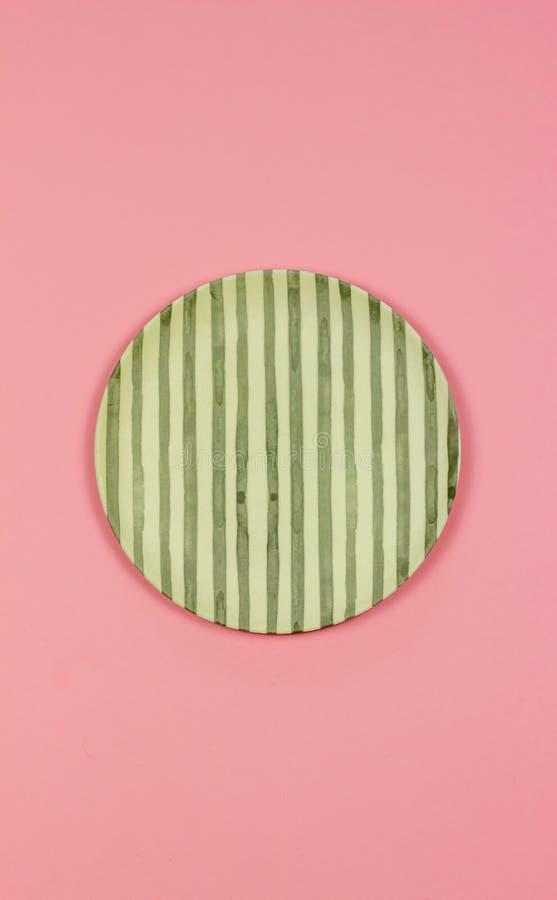 Плита на розовой предпосылке minimalism стоковое изображение rf
