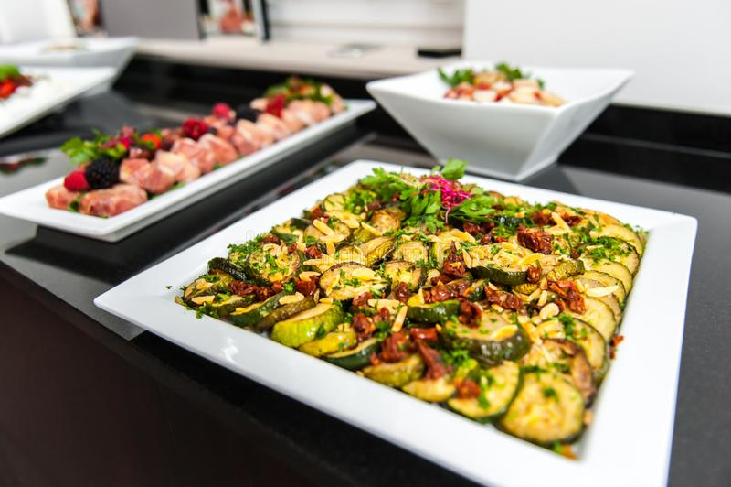 Плита овощей закуски среднеземноморская на таблице стоковое фото