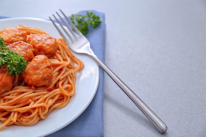 Плита очень вкусных макаронных изделий с шариками мяса и томатным соусом, крупным планом стоковое изображение