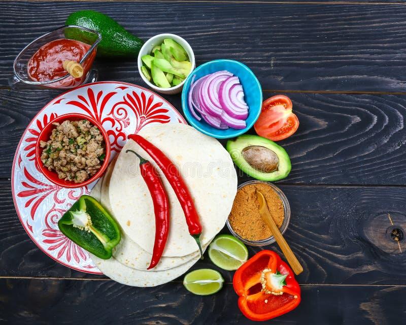 Плита очень вкусных тако и пищевых ингредиентов Мексиканский варя рецепт стоковая фотография