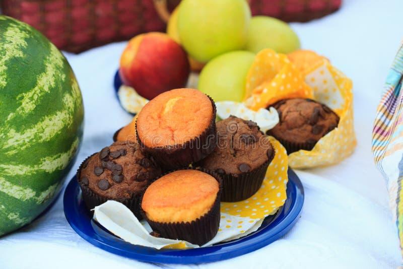 Плита пикника - плодоовощи, булочки стоковое фото rf