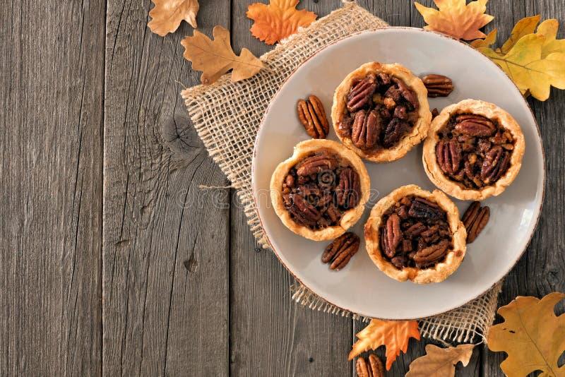 Плита пирогов пирога с орехами, надземная сцена таблицы на древесине стоковая фотография rf