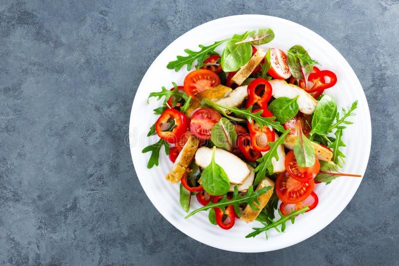 Плита салата свежего овоща томатов, шпината, перца, arugula, листьев мангольда и зажаренного мяса жареной курицы куриной грудки,  стоковые изображения