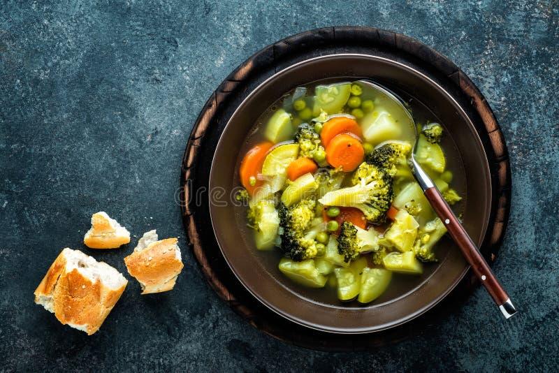 Плита свежего горячего овощного супа с брокколи стоковые изображения rf