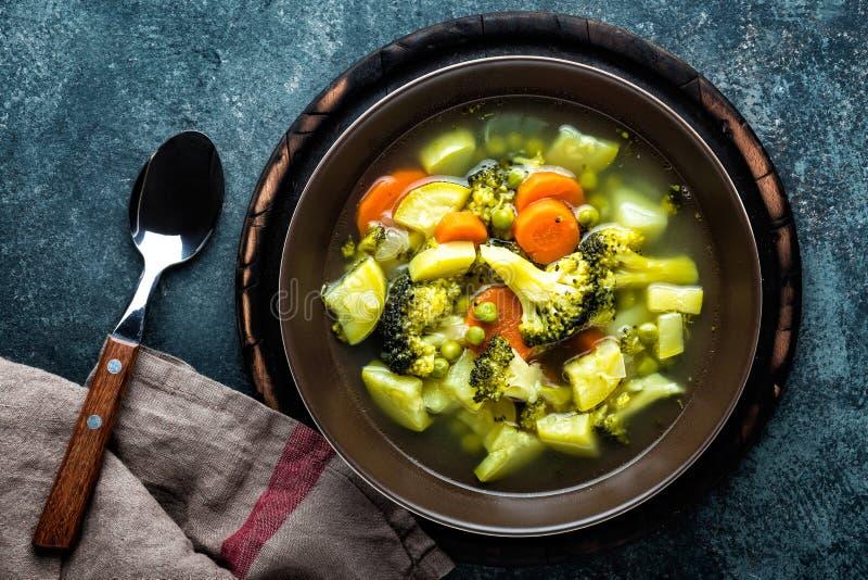 Плита свежего горячего овощного супа с брокколи стоковые изображения