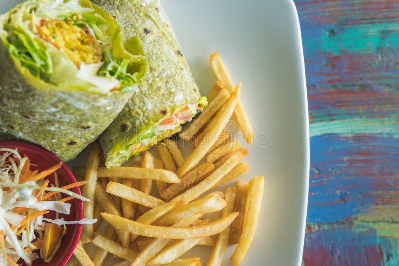 Плита служила с обручем falafel, vegetable салатом, и фраями француза стоковые фото