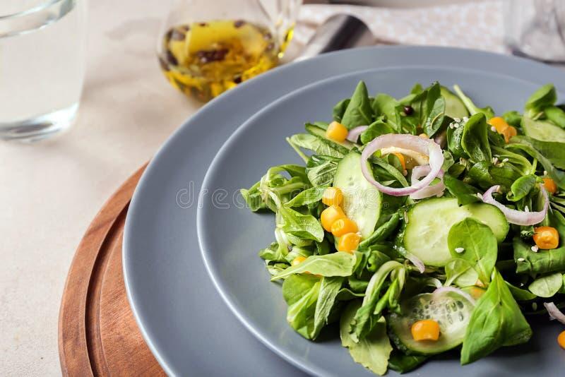 Плита со здоровым салатом овоща на деревянной доске, крупном плане стоковое фото