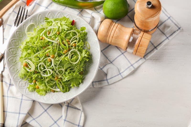 Плита со здоровым салатом овоща на деревянном столе стоковая фотография