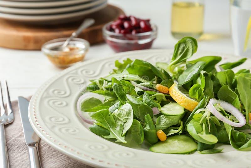 Плита со здоровым салатом овоща на таблице, крупном плане стоковое фото