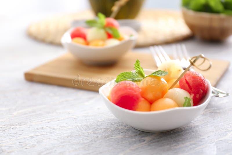 Плита с вкусным десертом дыни на деревянном столе стоковые фото