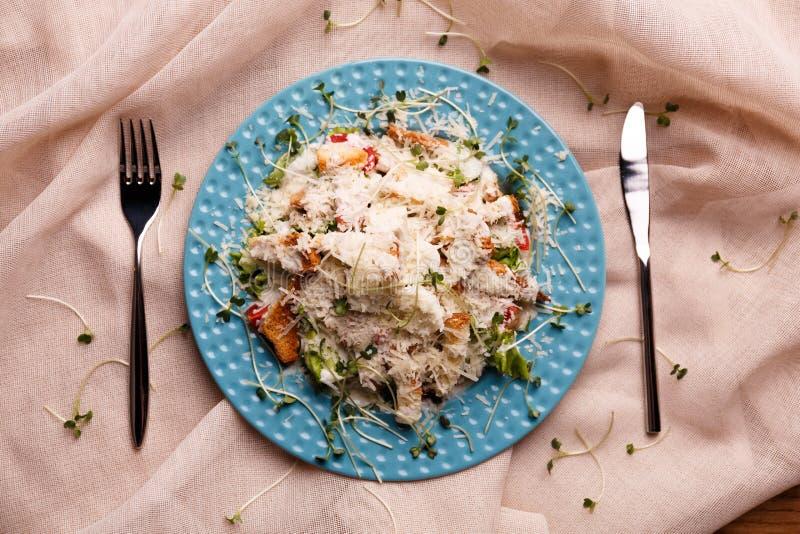 Плита с вкусным салатом цезаря стоковое изображение rf