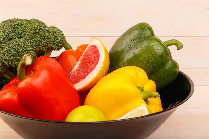 Плита с здоровыми и сочными цитрусовыми фруктами и овощами Грейпфрут, известка, брокколи и перец стоковые изображения rf