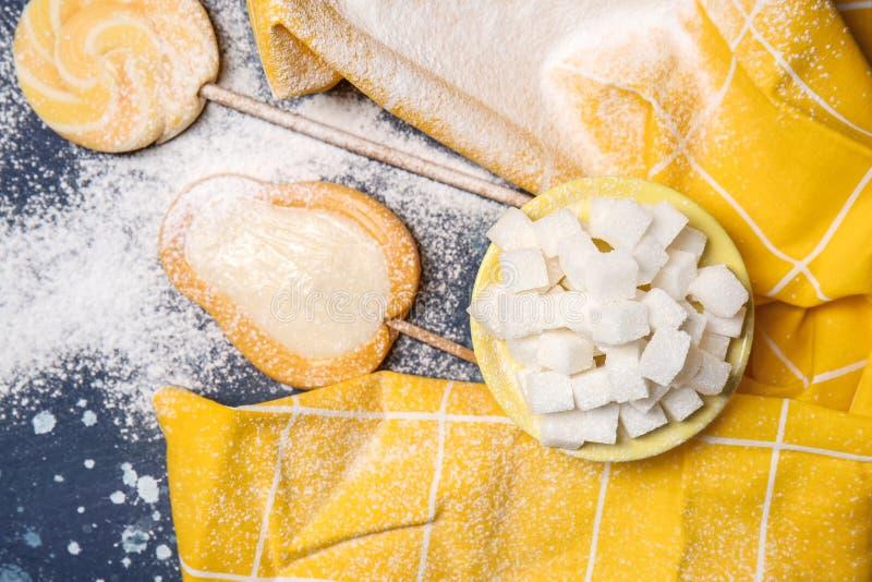 Плита с кубами и леденцами на палочке сахара на таблице цвета стоковые фотографии rf