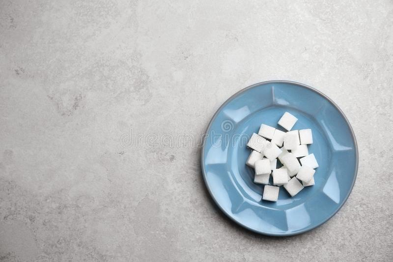 Плита с кубами уточненного сахара стоковое фото rf