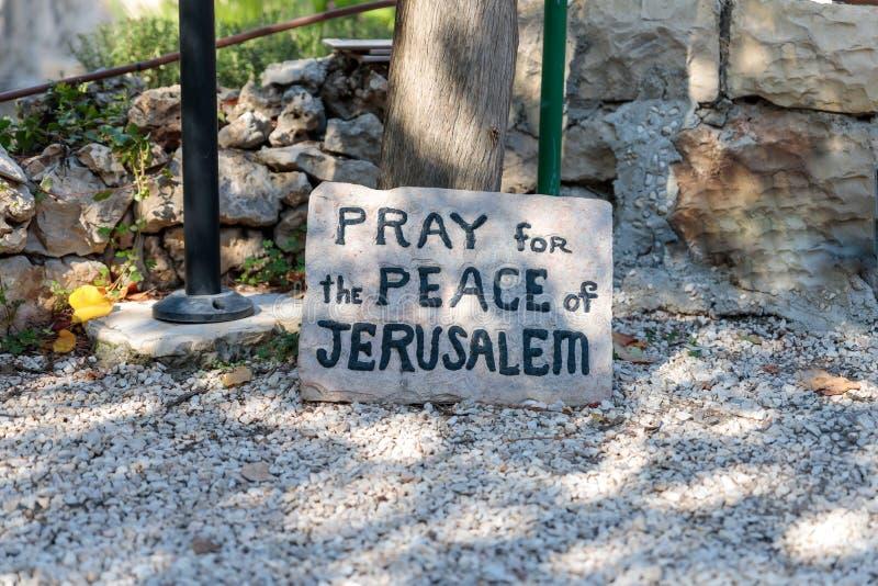 Плита с надписью - помолите для мира Иерусалима - в усыпальнице Иерусалиме сада расположенном в восточном Иерусалиме, Израиле стоковое фото rf