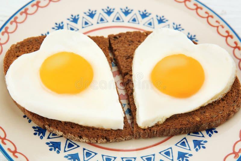 Плита с очень вкусной солнечной стороной вверх по яичкам и кускам хлеба стоковые фотографии rf