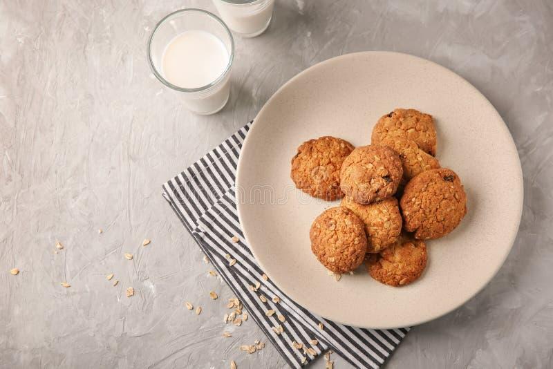 Плита с очень вкусными печеньями овсяной каши на светлой предпосылке стоковые фото