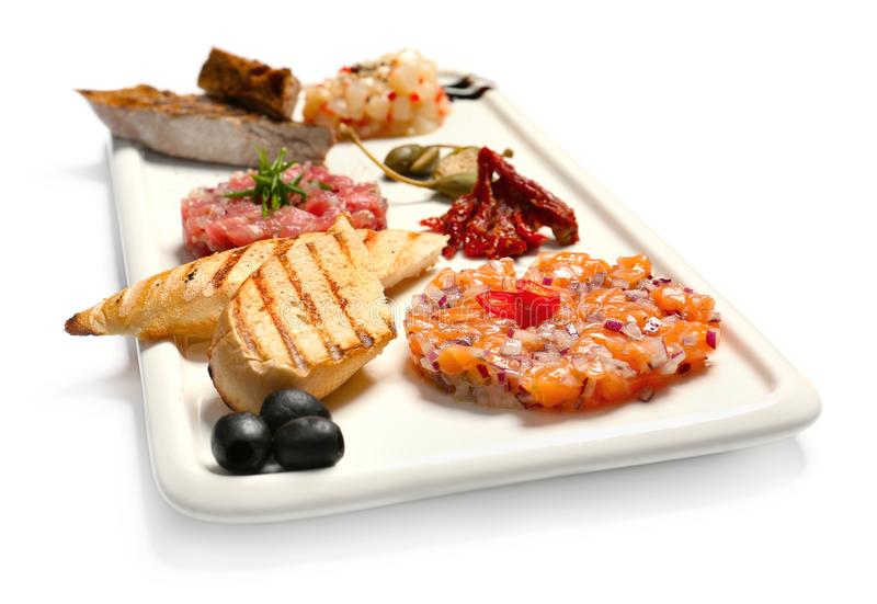 Плита с очень вкусными тартарами и закусками рыб стоковые фото