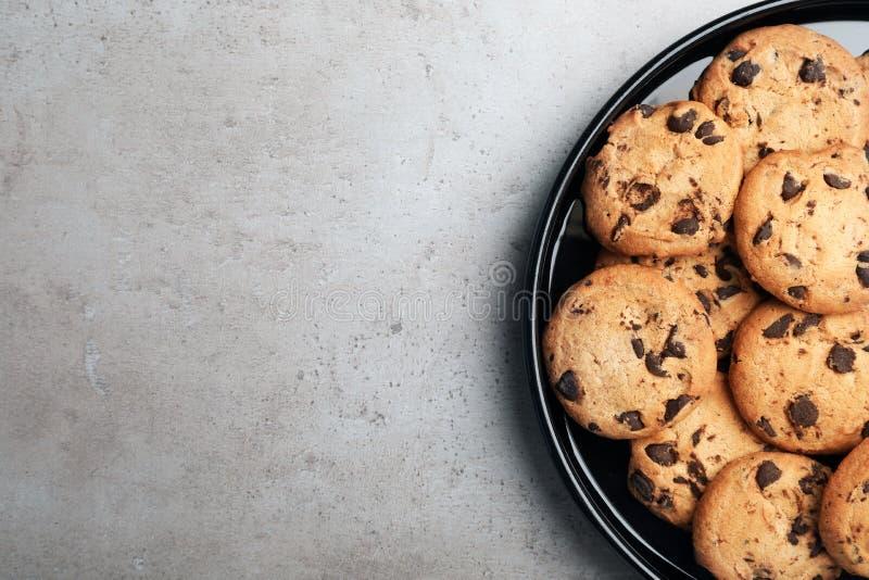 Плита с печеньями шоколада и космос для текста на серой предпосылке стоковое фото rf