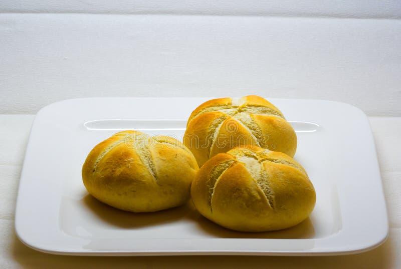 Плита с плюшками белого хлеба стоковые изображения rf