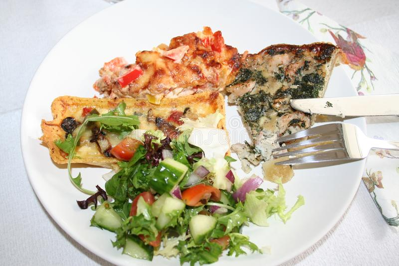 Плита с различным видом еды для завтрак-обеда стоковые фотографии rf