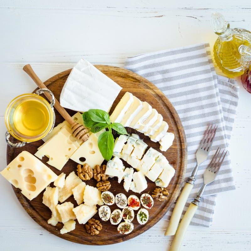 Плита с различным видом сыра стоковая фотография