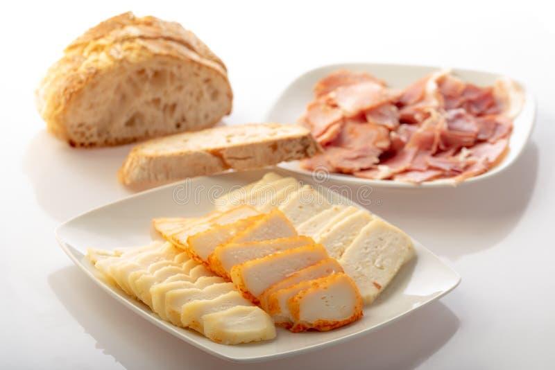 Плита с различным сыром стоковая фотография rf