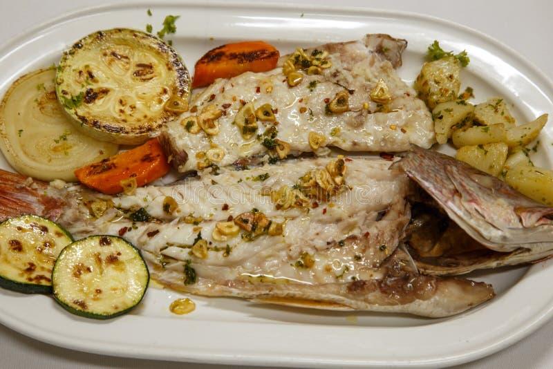 Плита с рыбами стоковые фотографии rf