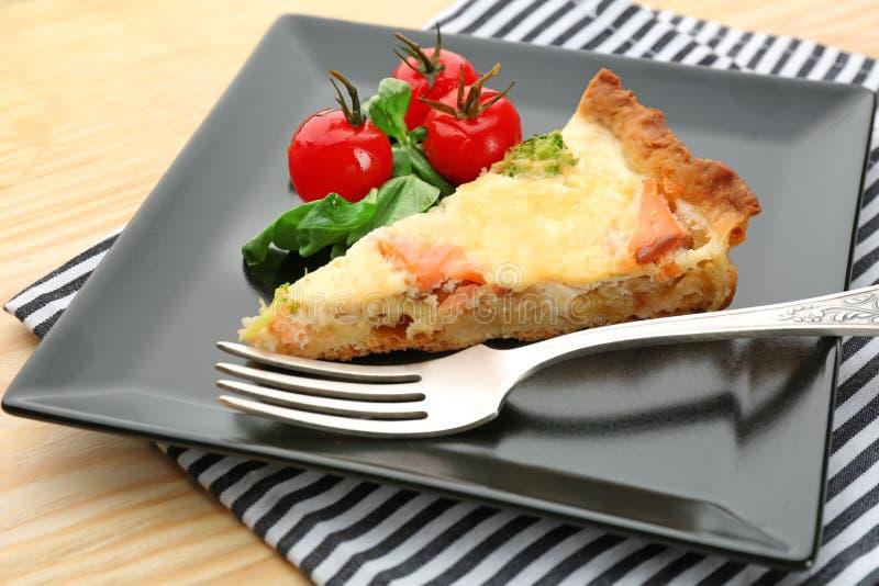 Плита с частью salmon пирога киша стоковое фото