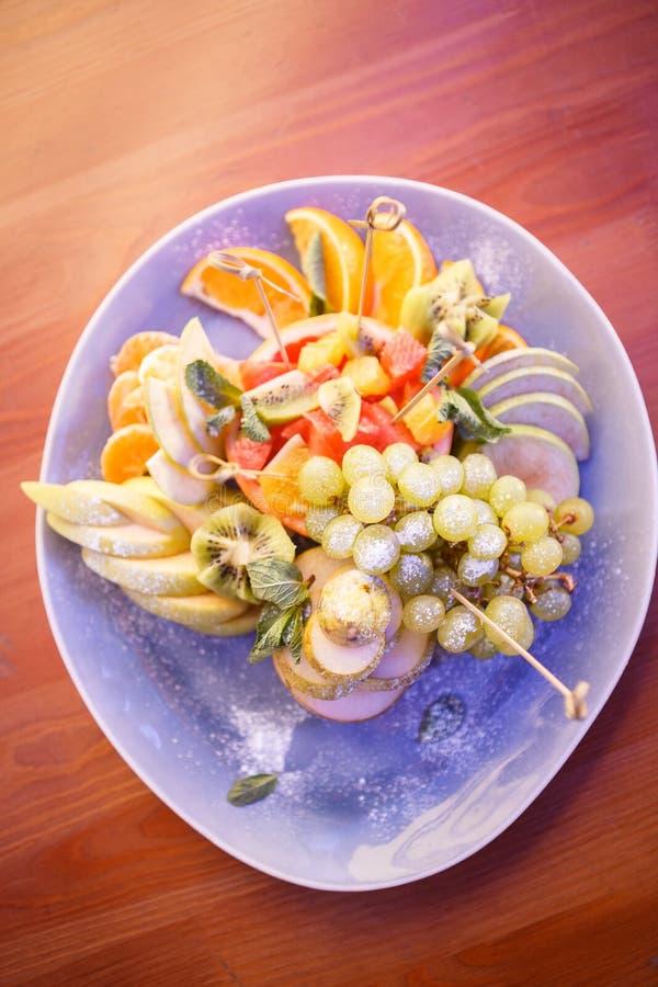 Плита с ягодами и плодами стоковые фотографии rf