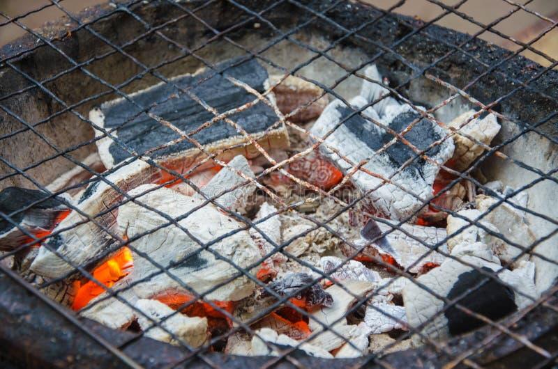 Плита угля горящая с грилем стоковое изображение rf