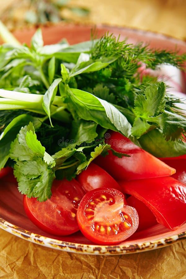 Плита Vegan свежих отрезанных огурцов, зеленых луков, редиски, томатов вишни стоковое фото