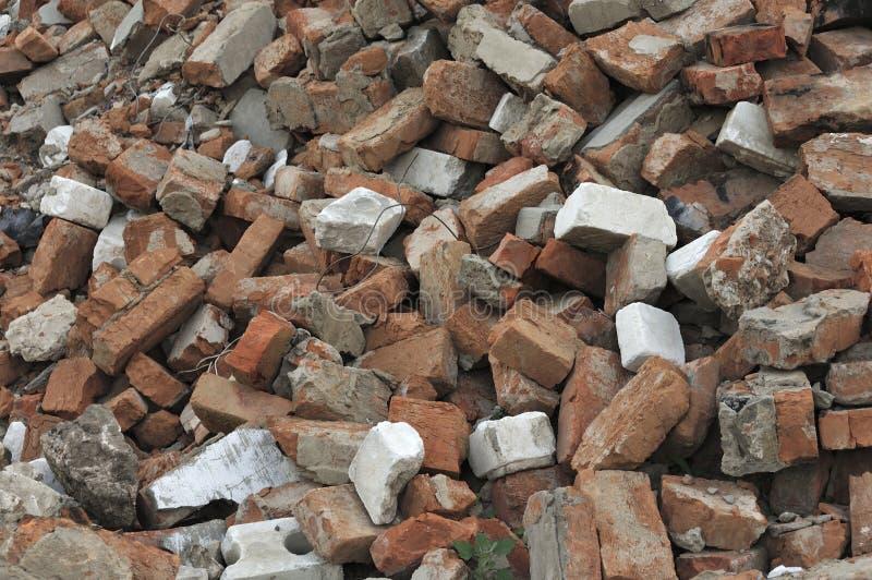 Плитка сломанного красного кирпича и бетона на строительной площадке, замыкание деталей - уничтожение концепции стоковые изображения
