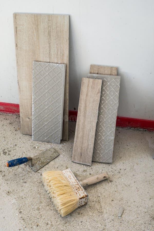плитки Древесин-влияния керамические готовые быть установленным стоковые изображения